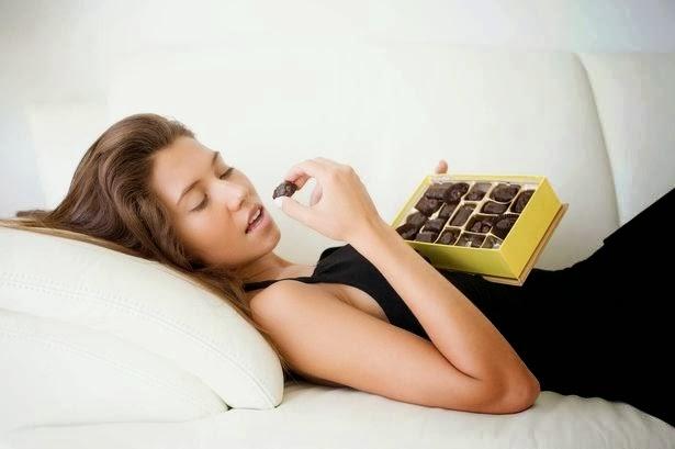 Να πως θα βγάλετε τη σοκολάτα που έπεσε στο σεντόνι!