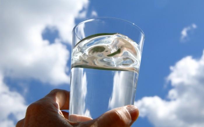 Πρέπει να πίνουμε 8 ποτήρια νερό την ημέρα – Μύθος ή αλήθεια;