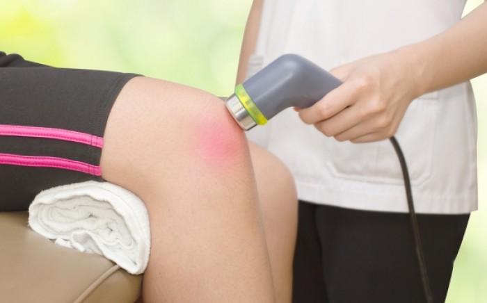 Υγρό στο γόνατο: Πού οφείλεται, τι μπορείτε να κάνετε