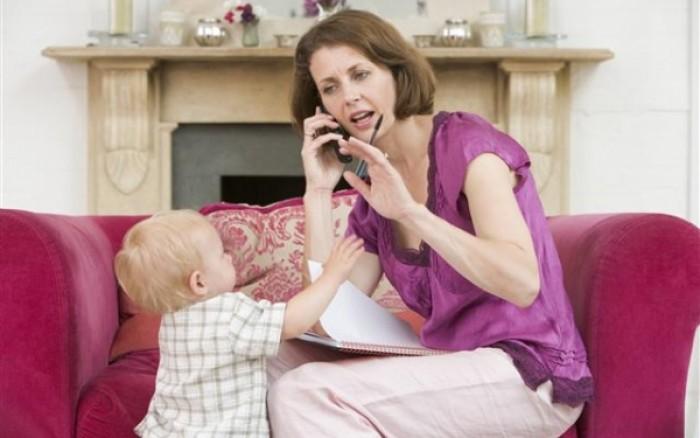 Γιατί οι γονείς δεν πρέπει να ασχολούνται με το κινητό τους μπροστά στα παιδιά