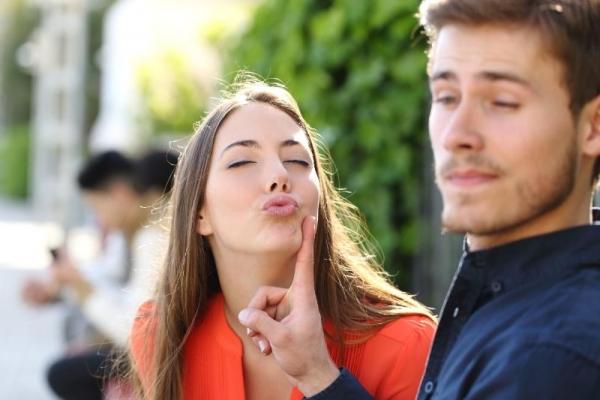 Εννέα πράγματα που κάνουν οι γυναίκες και απωθούν τους άντρες