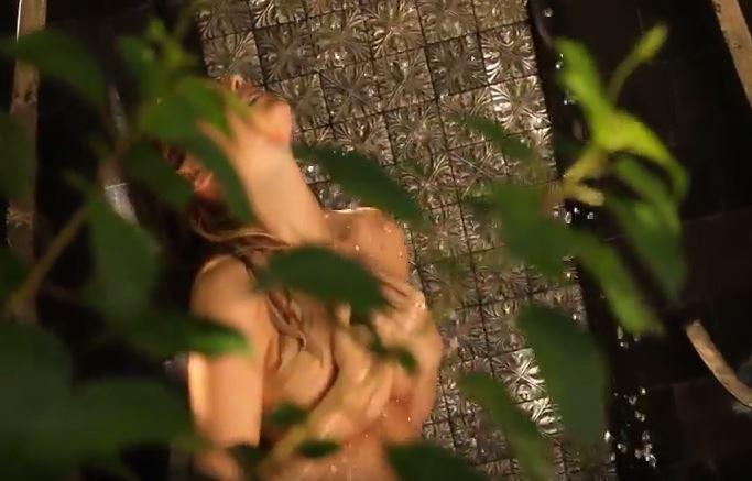 Η Kate Upton βγάζει το μαγιό και χαϊδεύεται στο ντους