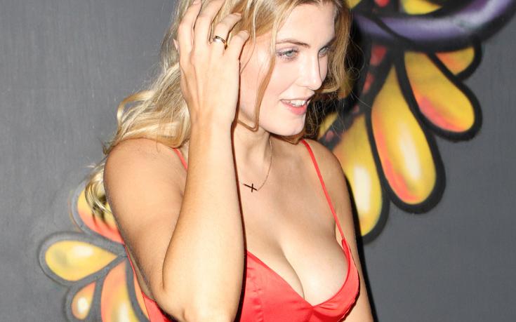 Μια σέξι ρεπόρτερ-παρουσιάστρια