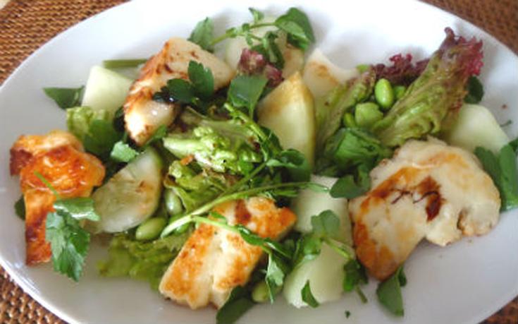 Σαλάτα με μαρούλι και χαλούμι