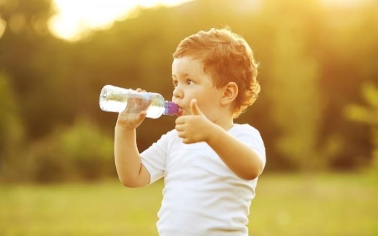 Γιατί τα παιδιά πρέπει να πίνουν πολύ νερό