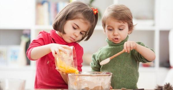 Οι 5 κανόνες που πρέπει να τηρείτε όταν μαγειρεύετε με τα παιδιά