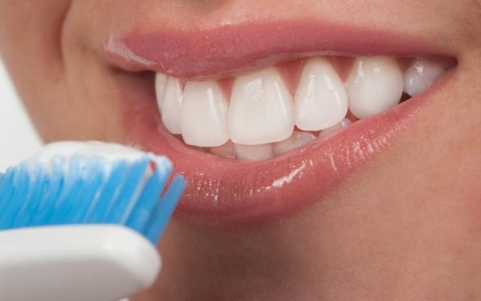 Πρέπει να βουρτσίζετε τα δόντια σας στα σκοτεινά! Δείτε γιατί!