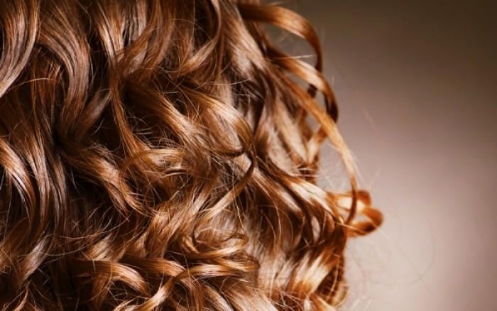 Πώς θα κάνετε τα μαλλιά σας μπούκλες μόνο με μια κορδέλα!