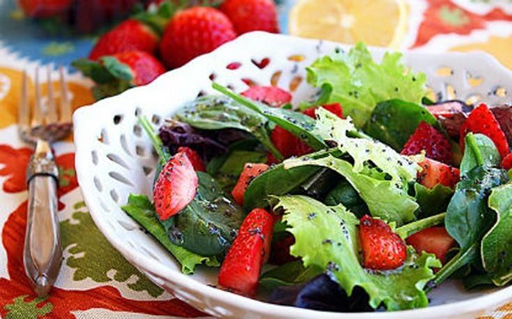 Σαλάτα με φράουλες και μαρούλι
