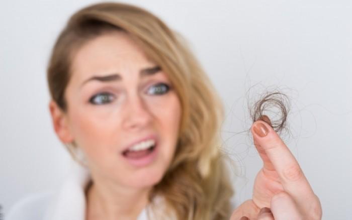 Γυναικεία τριχόπτωση: Σε τι διαφέρει από την ανδρική, πώς αντιμετωπίζεται