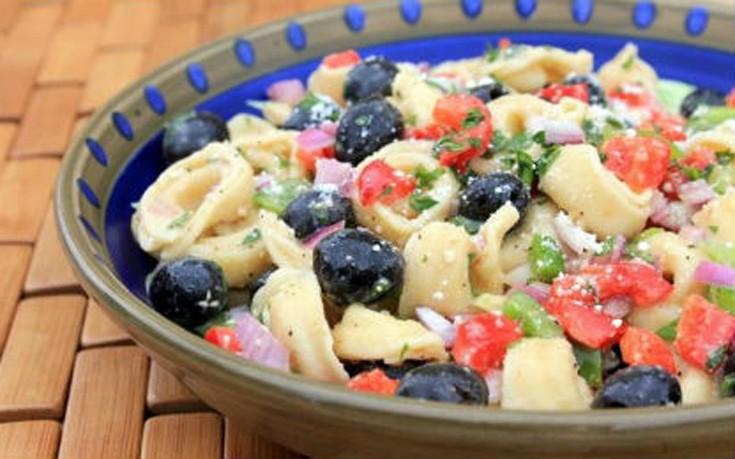 Σαλάτα με τορτελίνια, ντομάτα και αγγούρι