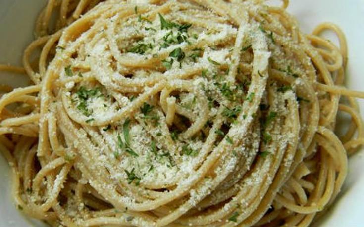 Σπαγγέτι με σκόρδο και παρμεζάνα