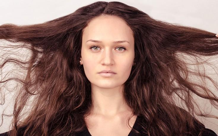 Έξι λόγοι για τους οποίους τα μαλλιά σας είναι ξηρά και εύθραυστα