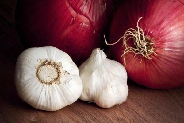 Για να ξεφλουδίζονται εύκολα τα κρεμμύδια και τα σκόρδα