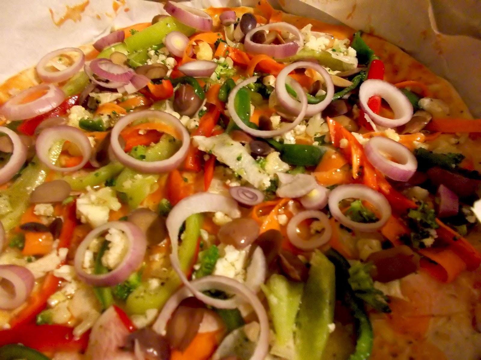 Πανεύκολη σπιτική πίτσα με φέτα, ελιές και λαχανικά