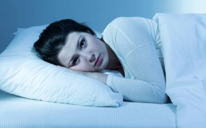 Ποιες τροφές φέρνουν αϋπνία και ποιες χαρίζουν ποιοτικό ύπνο