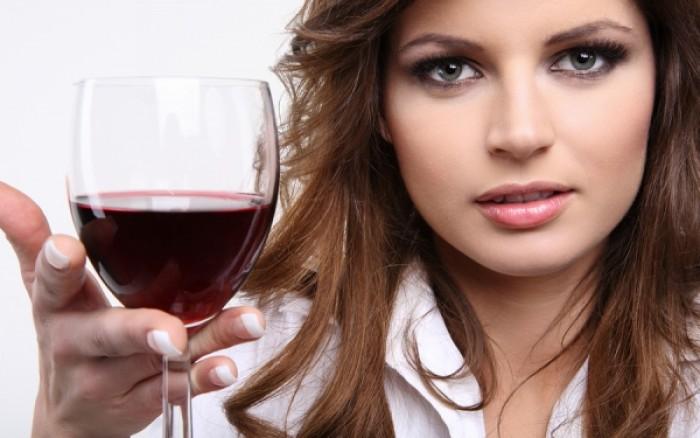 Χάστε κιλά με κόκκινο κρασί – Τι υποστηρίζει νέα έρευνα
