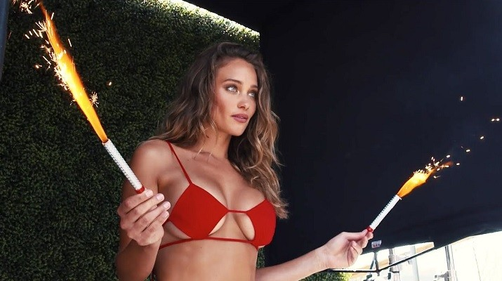 Η Hannah Davis δείχνει πώς παίζεται το σωστό τένις