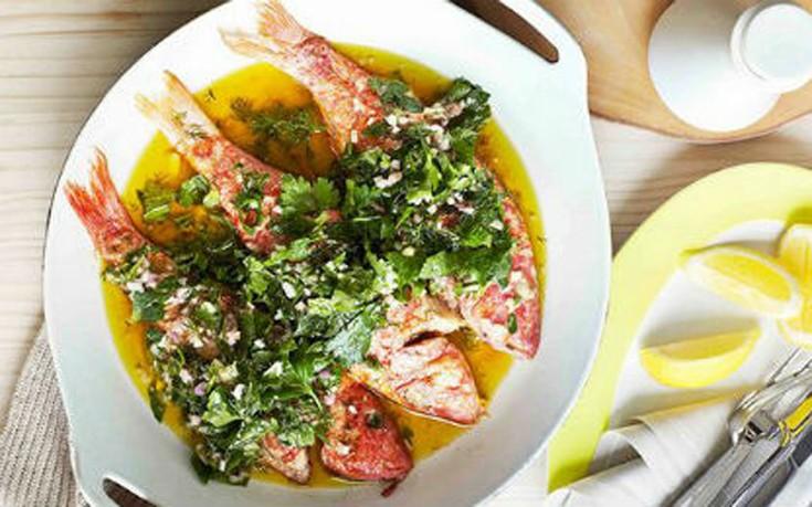 Μπαρμπούνια στο φούρνο με σως λεμονιού