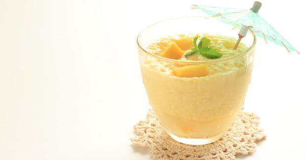 Υπέροχο smoothie με μπανάνα, ανανά, μέντα και πράσινο τσάι