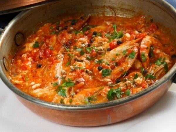 Γρήγορες γαρίδες στην κατσαρόλα με κόκκινη σάλτσα