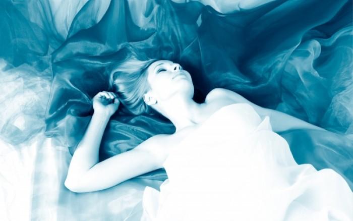 Ποια στάση στον ύπνο συνδέεται με τα όνειρα… σεξουαλικού περιεχομένου