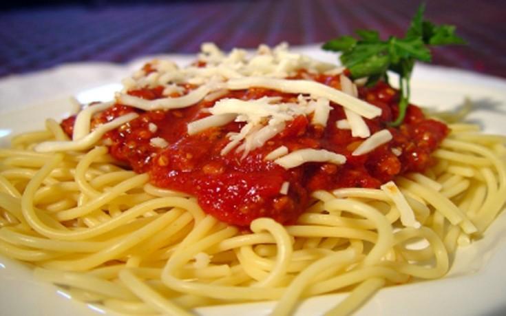 Σπαγγέτι με πικάντικη σάλτσα ντομάτας