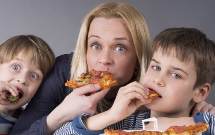 Γονείς που τρώνε πολλά λιπαρά: Οι επιπτώσεις στην υγεία του παιδιού