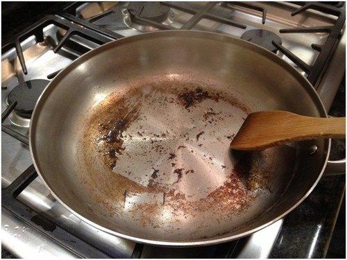Δείτε πως μπορείτε να καθαρίσετε το τηγάνι από το καμένο φαγητό!