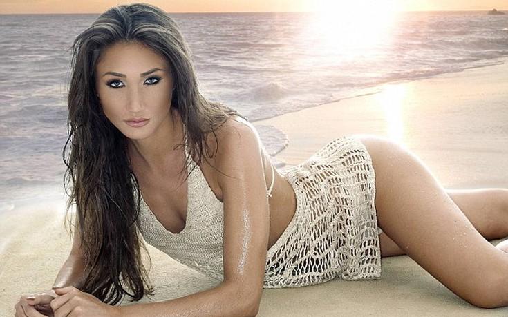 Η Megan McKenna σε θαλασσινό τοπίο