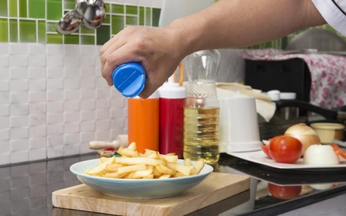 Οι έξι κανόνες για να αποφύγετε το περιττό αλάτι στα τρόφιμα