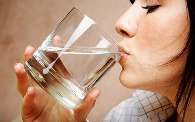 Τα σημάδια που στέλνει το σώμα σας όταν δεν πίνετε νερό
