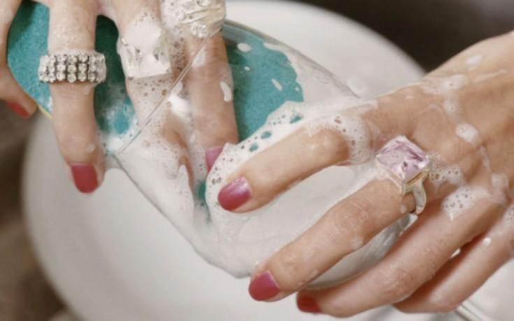 Γιατί πρέπει να βγάζετε τα δαχτυλίδια σας κάθε φορά που πλένετε τα χέρια σας