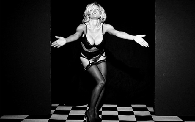 Οι γλουτοί της Pamela Anderson τρέλαναν το Instagram