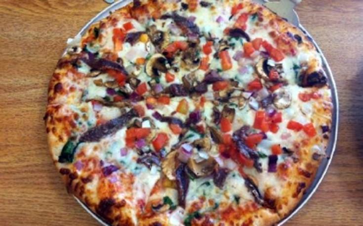 Πίτσα με αντζούγιες και παρμεζάνα