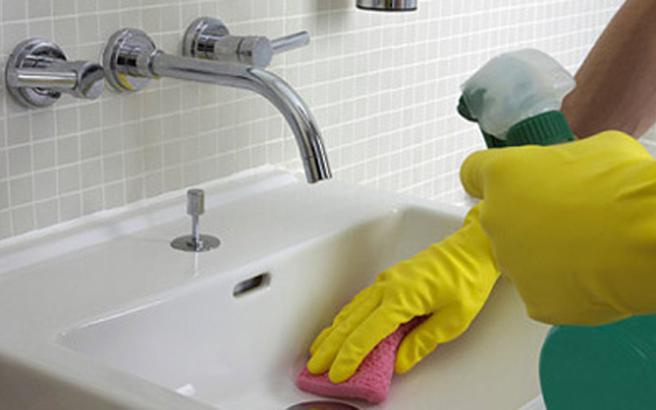 Καθαρίστε ανέξοδα το μπάνιο και την κουζίνα σας