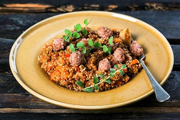Κινόα στο φούρνο με λουκάνικο χωριάτικο και λαχανικά