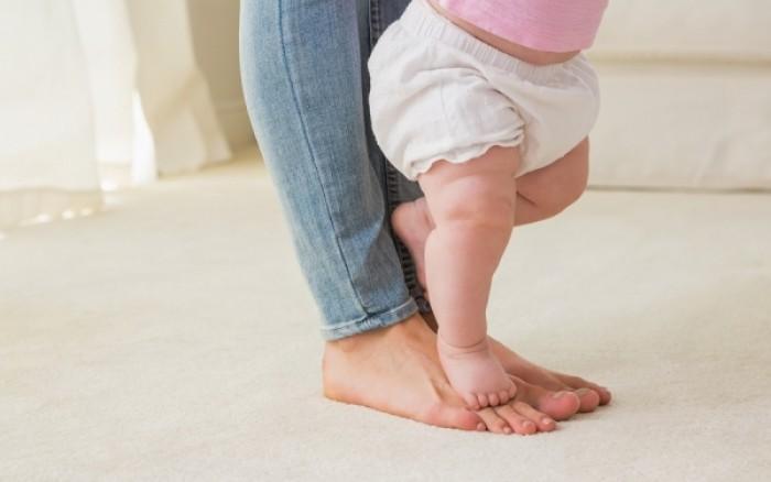 Άργησε να περπατήσει το μωρό; Από τι κινδυνεύει ως ενήλικας