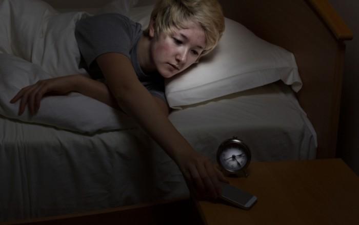 Κινητό δίπλα στο κρεβάτι: Πώς επηρεάζει τον νυχτερινό ύπνο