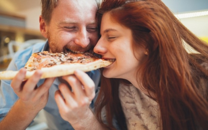 Οι σχέσεις παχαίνουν! Δεν θα πιστεύετε πόσα κιλά παίρνουν κάθε χρόνο τα ζευγάρια!