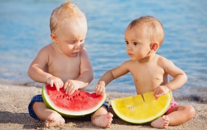 Πώς θα φροντίσετε ότι το παιδί σας είναι επαρκώς ενυδατωμένο το καλοκαίρι