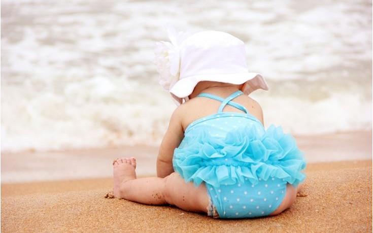 Τέσσερις συμβουλές για το πρώτο μπάνιο του μωρού στη θάλασσα