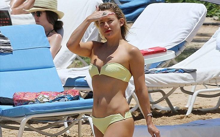 Με κίτρινο μπικίνι στην Χαβάη η Kate Hudson