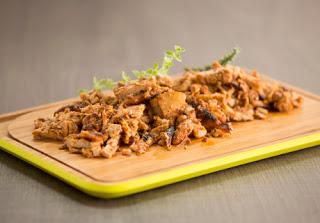 Χοιρινός γύρος στο φούρνο με πικάντικη σάλτσα ντομάτας και σκορδοπίπερο