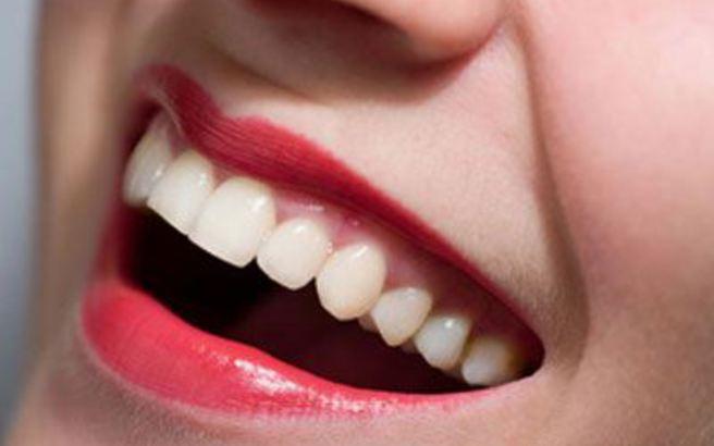 Αυτές οι τροφές κάνουν τα δόντια πιο λευκά