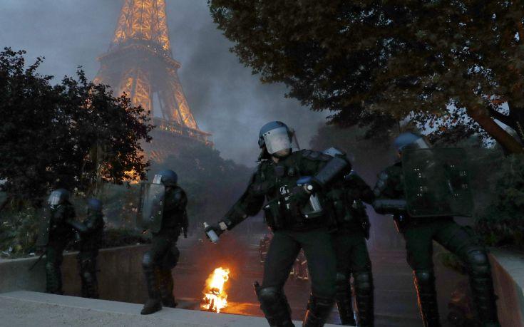 Δακρυγόνα και εκτοξευτήρες νερού σε επεισόδια στον Πύργο του Άιφελ