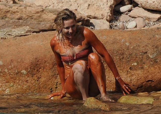 Η Kate Hudson κυλιέται στις λάσπες