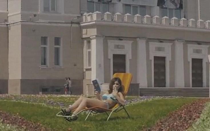 Καυτά κορίτσια καλούν τους άντρες να σπουδάσουν στην πόλη τους