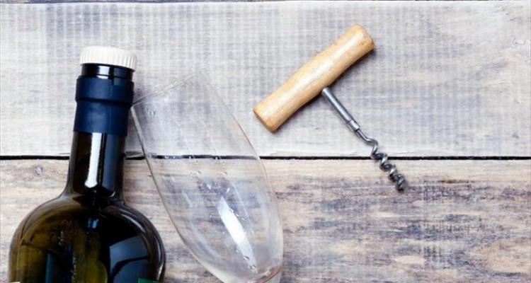 Πως να ανοίξετε ένα μπουκάλι κρασί με ένα σφυρί και ένα καρφί!
