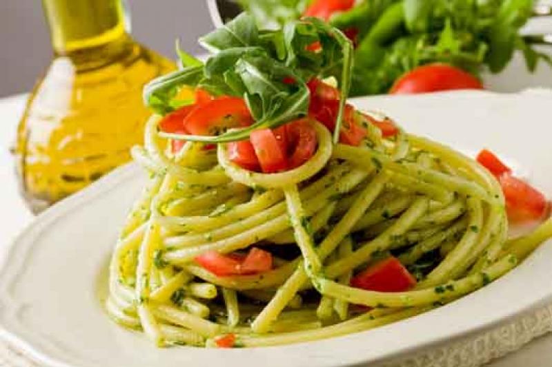 Σπαγγέτι μεσογειακά με τοματίνια, σκόρδο, κάπαρη και ελαιόλαδο